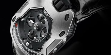 The case of UR-105M was developed as an armor to protect the movement.